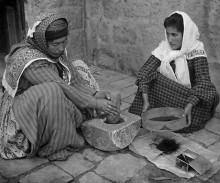 طحن القهوه بالطريقه اليدويه عام 1903