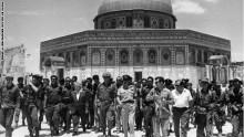 دافيد بن غوريون رئيس اول حكومة في اسرائيل يتجول في المسجد الاقصى 1967