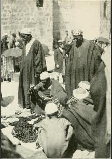 القدس، بيع مسابح خشب امام كنيسة القيامة عام 1922